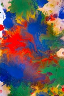 Mehrfarbige farbflecken tropft spritzer beim mischen. abstrakter hintergrund