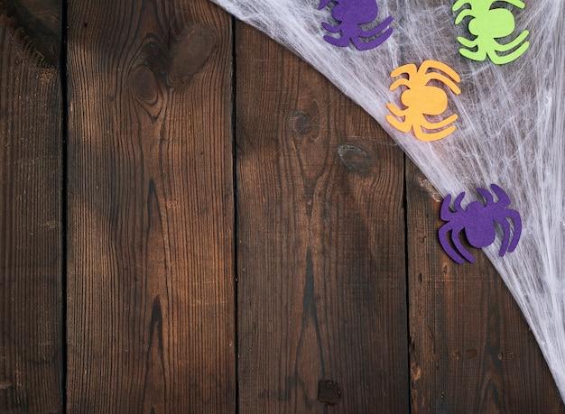 Mehrfarbige filzspinnenzahlen auf braunem hölzernem hintergrund
