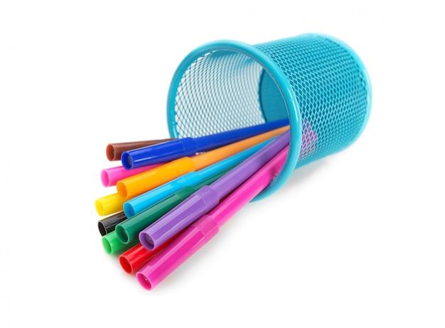 Mehrfarbige filzstifte in einem blauen korb in rückenlage. zum zeichnen.