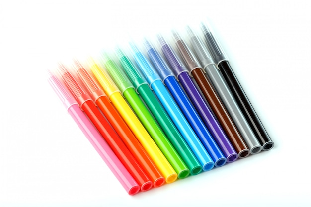 Mehrfarbige filzstifte, markierungen auf weiß lokalisiert