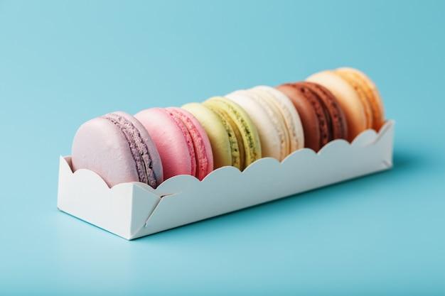 Mehrfarbige französische makkaroni-makkaroni-kekse in einer weißen schachtel