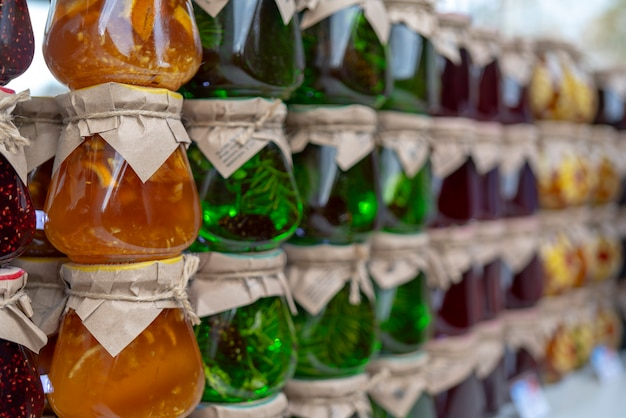Mehrfarbige frucht- und beerenmarmelade in gläsern.