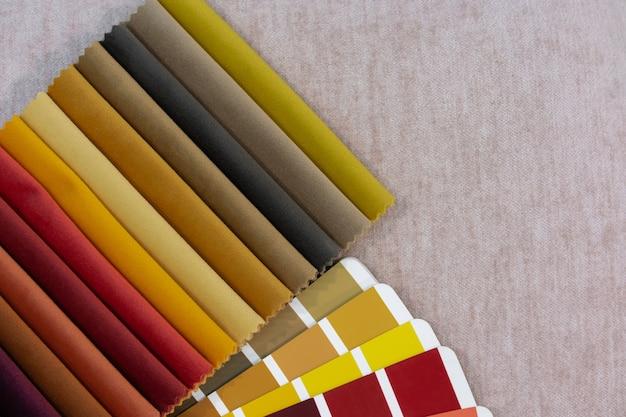 Mehrfarbige führungspalette mit stoffmustern