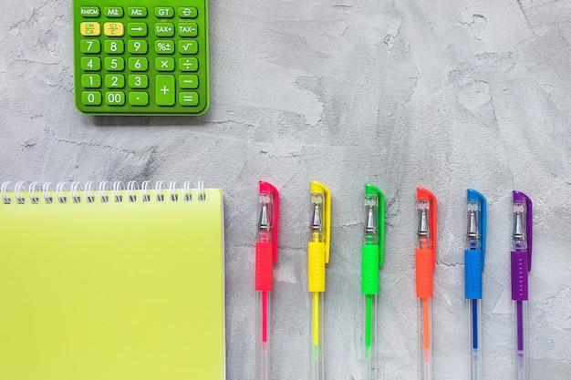 Mehrfarbige gelschreiber auf grauer, flacher lage