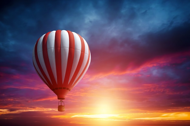 Mehrfarbige, große ballone im himmel gegen den hintergrund eines schönen sonnenuntergangs.