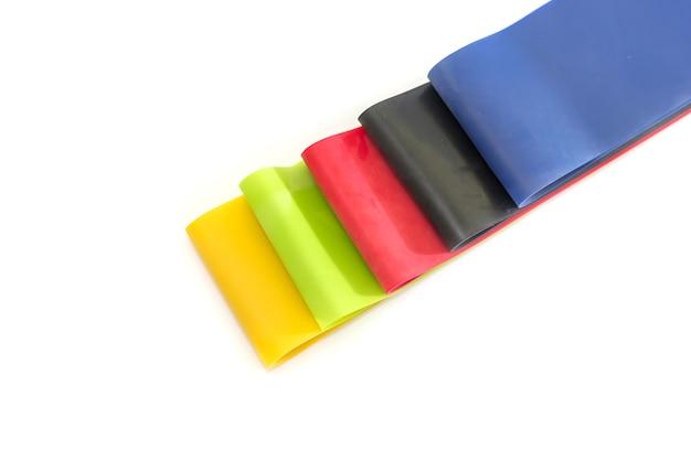 Mehrfarbige gummibänder für fitness lokalisiert auf weißem hintergrund.