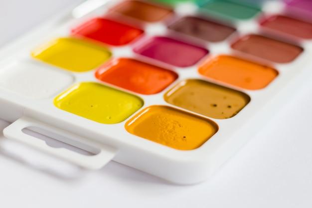 Mehrfarbige helle aquarellfarben auf einem tabellenabschluß oben