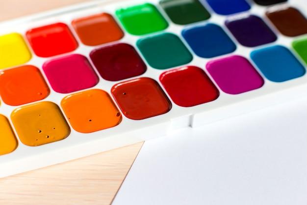 Mehrfarbige helle aquarellfarben auf einer tabelle