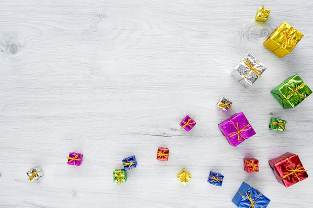 Mehrfarbige helle weihnachtsgeschenkboxen verschiedener größen auf weiß