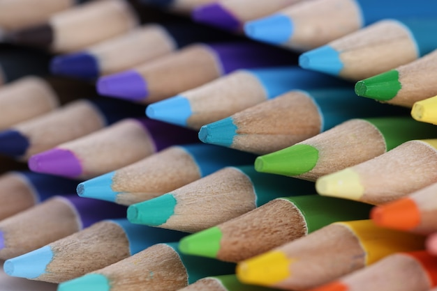 Mehrfarbige holzstifte mit einer scharfen spitze nahaufnahme