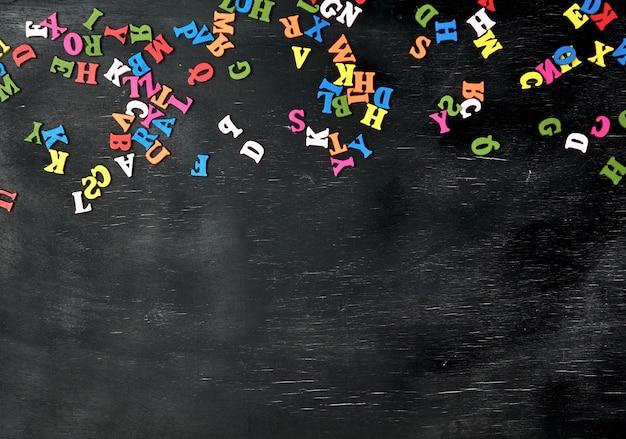 Mehrfarbige kleine holzbuchstaben des englischen alphabets