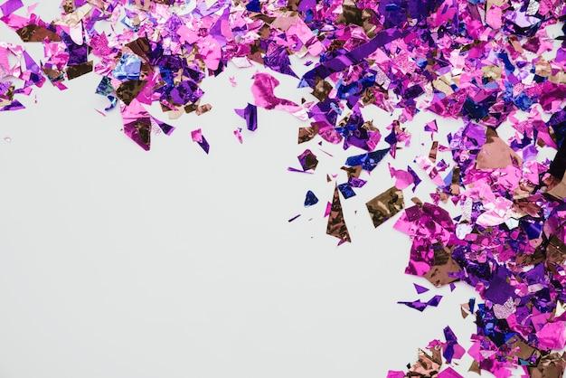 Mehrfarbige konfetti im abstrakten hintergrund