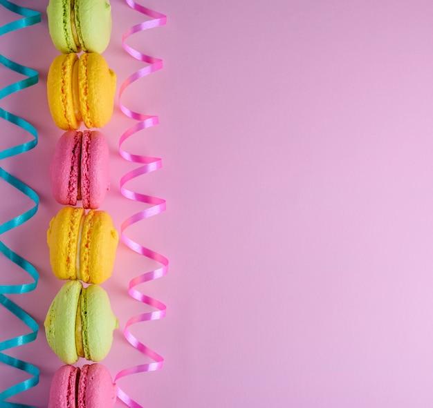 Mehrfarbige kuchen des mandelmehls mit sahne macarons