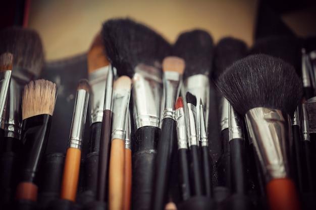 Mehrfarbige lidschatten mit kosmetikpinsel