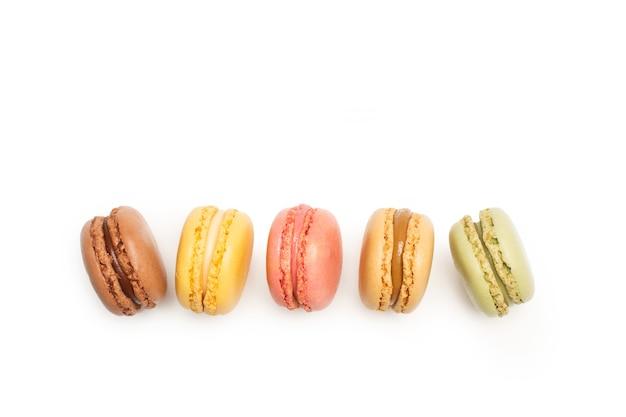 Mehrfarbige macarons isoliert auf einem weiß