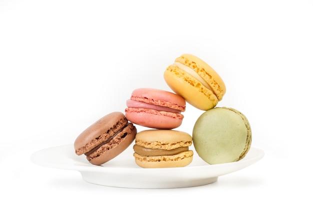 Mehrfarbige macarons isoliert auf einer weißen platte