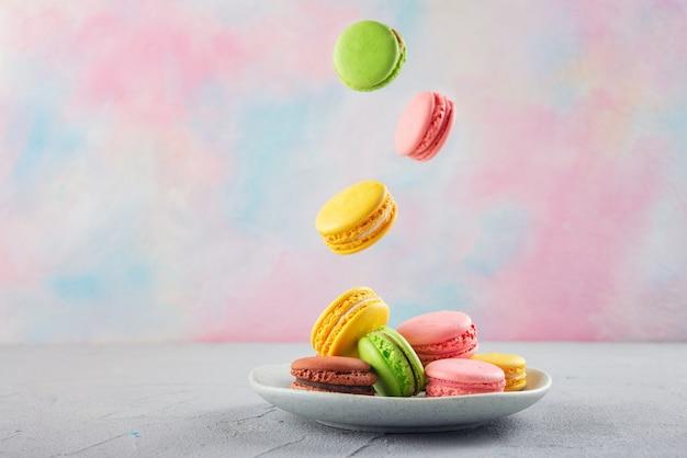 Mehrfarbige makkaroni-kekse auf einem teller