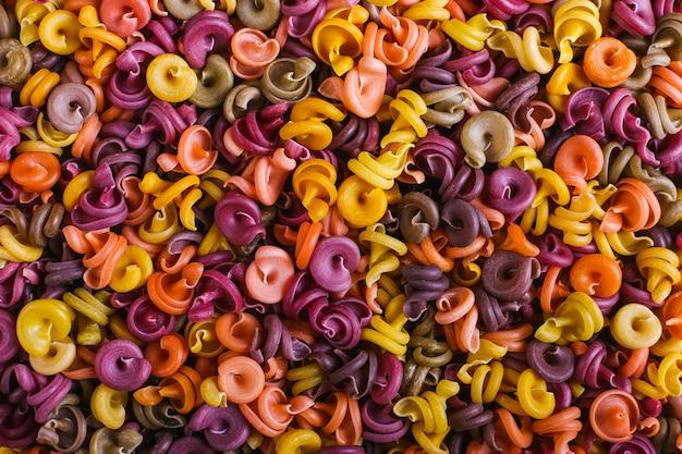 Mehrfarbige makkaroni von ungewöhnlicher form mit natürlichen pflanzenfarben