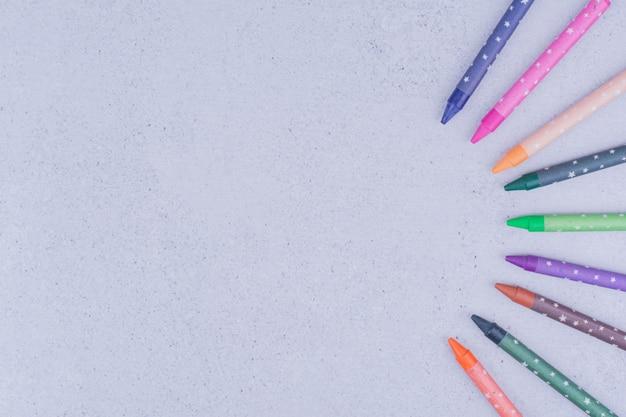 Mehrfarbige malstifte in dekorativen geometrischen formen