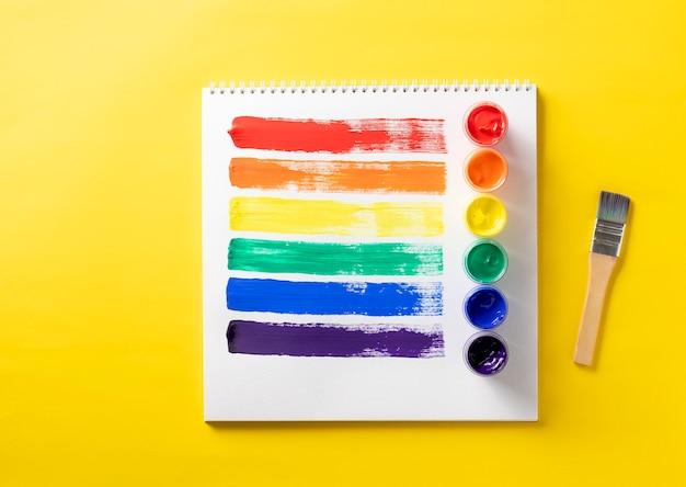 Mehrfarbige malstriche im lgbtq-farbkonzept des skizzenbuchs