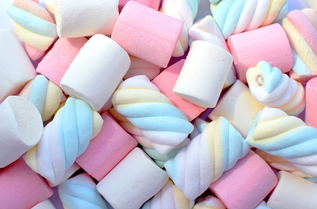 Mehrfarbige marshmallows. ansicht von oben. hintergrund oder textur von bunten blauen und rosa marshmallows.