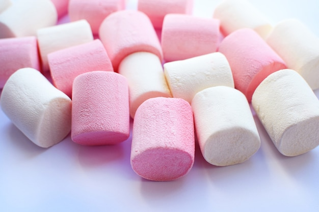 Mehrfarbige marshmallows. hintergrund oder textur von bunten rosa marshmallows.