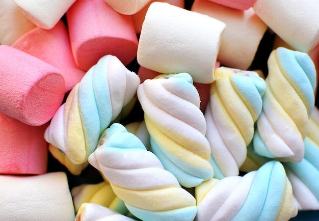 Mehrfarbige marshmallows. hintergrund oder textur von bunten rosa und blauen marshmallows.