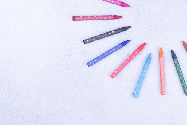 Mehrfarbige mini-buntstifte zum malen und färben