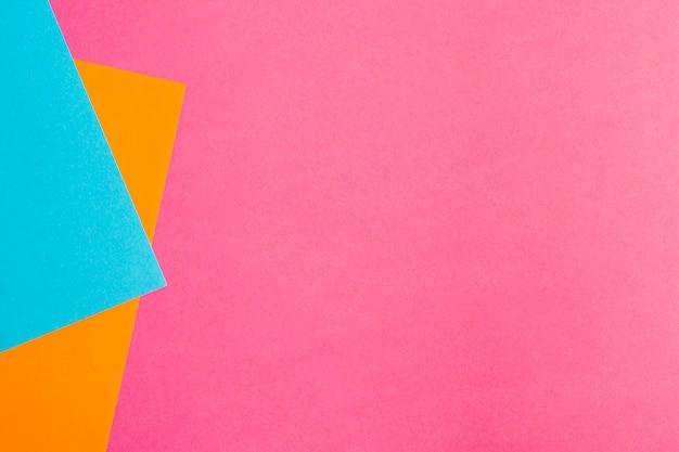 Mehrfarbige papierblätter mit exemplarplatz