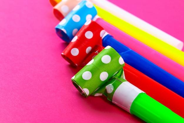 Mehrfarbige partygebläse. mehrfarbige parteipfeifen. dekor für einen geburtstag.