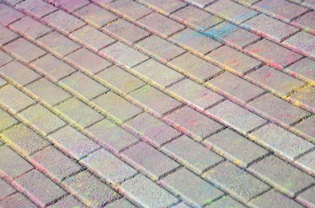 Mehrfarbige pflastersteine, auf dem holi-festival mit trockenen farben pulverbeschichtet