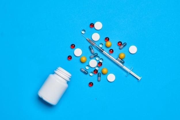 Mehrfarbige pillen vitamine kapseln medizin blauer hintergrund