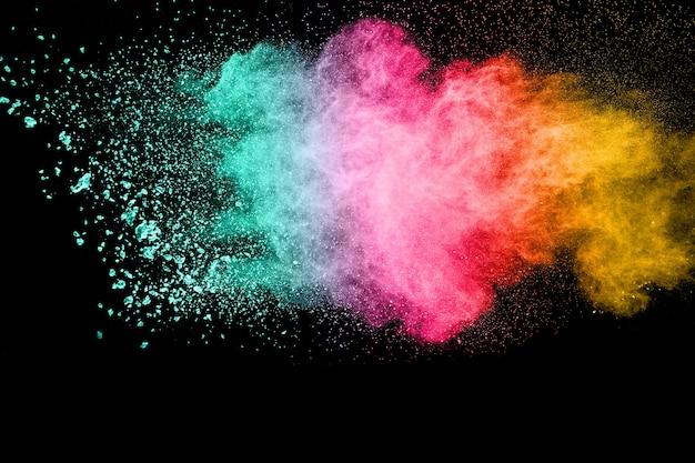 Mehrfarbige pulverexplosion auf schwarzem hintergrund.