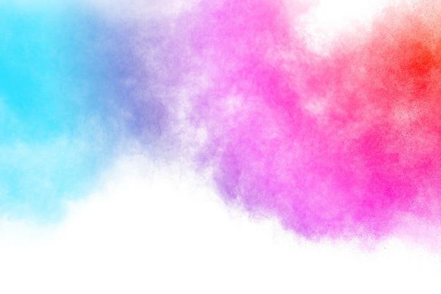 Mehrfarbige pulverexplosion auf weißem hintergrund.