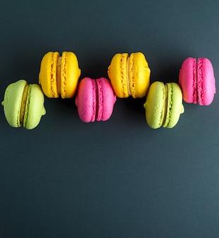 Mehrfarbige runde kuchen mit sahnemacarons