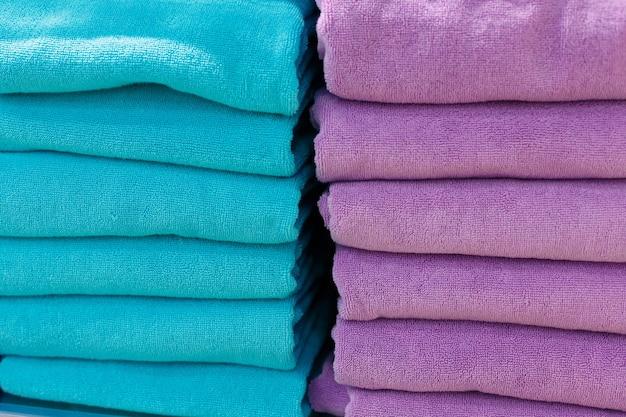 Mehrfarbige sätze handtücher auf einem regal in einem geschäft