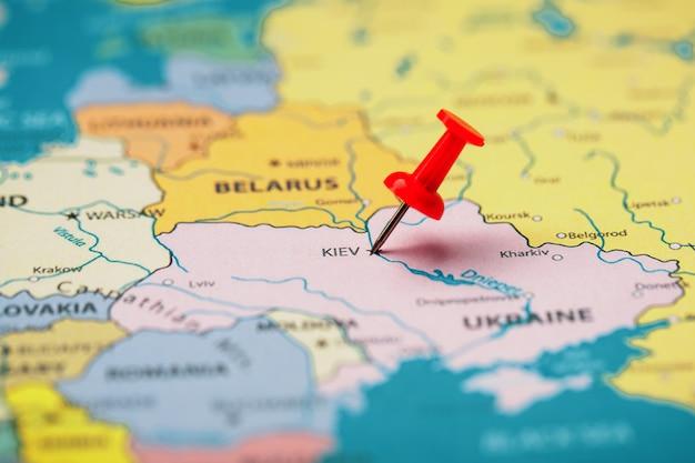 Mehrfarbige schaltflächen zeigen den ort und die koordinaten des ziels auf der karte von kiew an