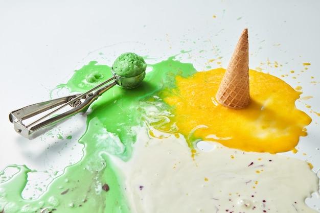 Mehrfarbige spritzer geschmolzenes eis