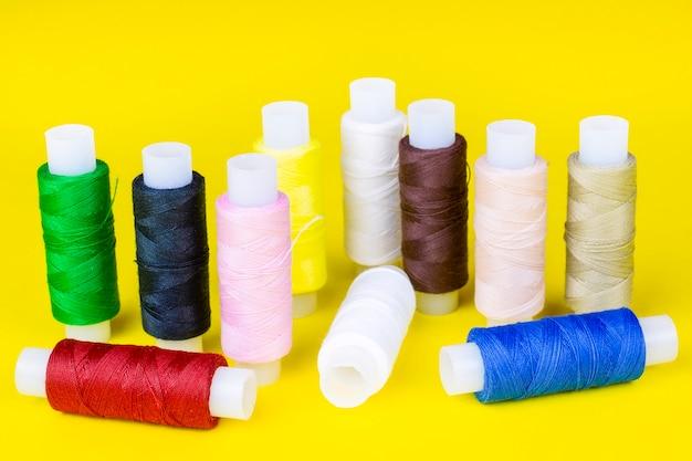 Mehrfarbige spulen mit fäden