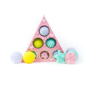Mehrfarbige strukturierte bälle für die babyentwicklung. lernspielzeug für kinder auf weißem hintergrund.