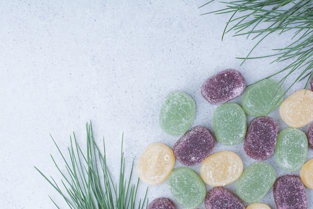 Mehrfarbige süße marmeladen auf marmorhintergrund.