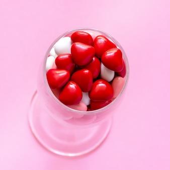 Mehrfarbige süßigkeit oder pillenform von herzen. konzept valentinstag.