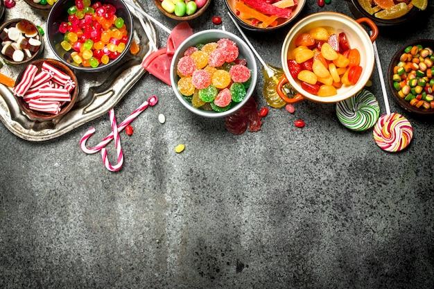 Mehrfarbige süßigkeiten, gelee und marshmallows in einer schüssel.