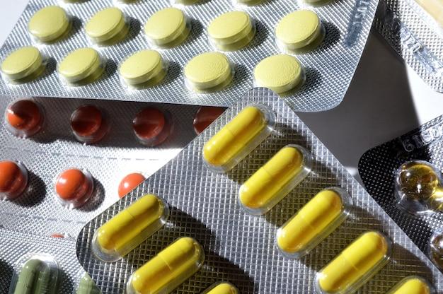 Mehrfarbige tabletten in folienblasen liegen