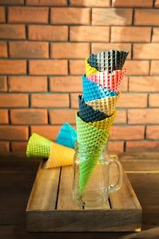Mehrfarbige tüten für eis in einem glas