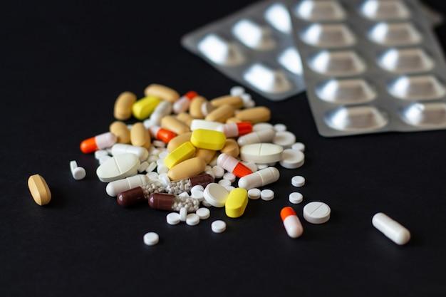 Mehrfarbige verschiedene pillen mit zwei grauen glanzblasen