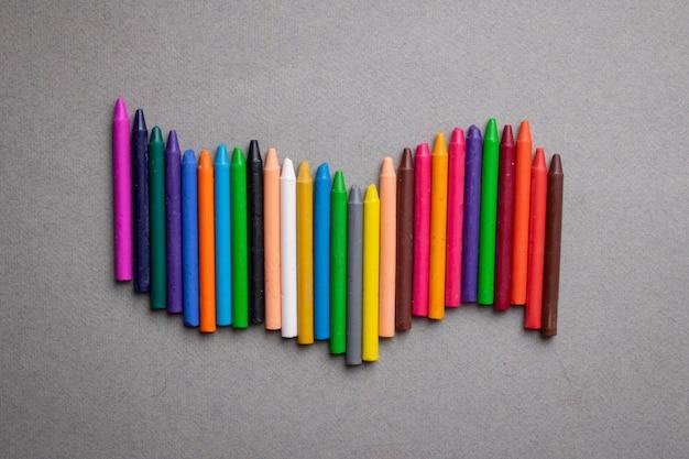 Mehrfarbige wachsmalstifte auf grau