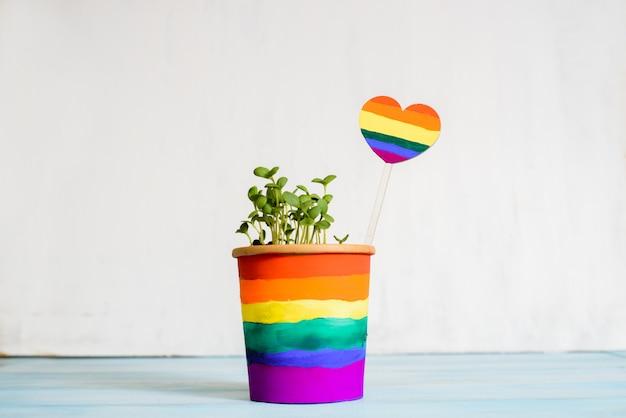 Mehrfarbige zeichnung von farben. topfregenbogen, junge sprossen, bunte blume. mehrfarbige zeichnung durch farben. helle karte. gleichheit zwischen. lgbt-konzept. lesben schwul, bisexuell transsexuell