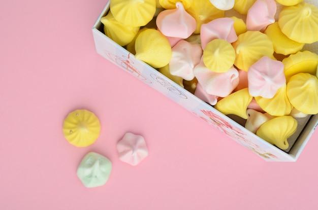 Mehrfarbiger baiser in einer geschenkbox.