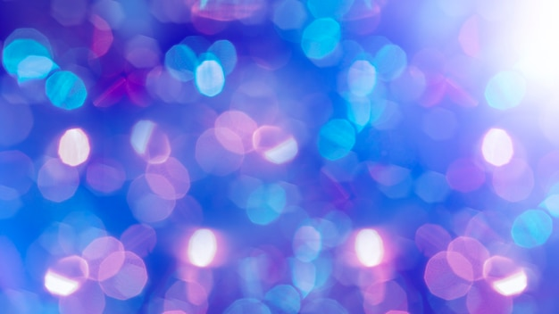 Mehrfarbiger defokussierter bokeh-lichterhintergrund - horizontale tapete, poster. stilvoll, festlich und elegant erschossen. trendige farben. beleuchtet, lichter, glitzereffekte. festliche dekoration.